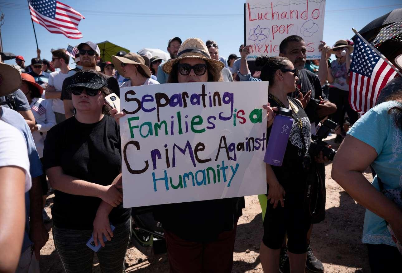 «Ο χωρισμός των οικογενειών είναι έγκλημα κατά της ανθρωπότητας» γράφει το πλακάτ που κρατάει η διαδηλώτρια έξω από το Κέντρο Μεταναστών στο Τορνίλο του Τέξας