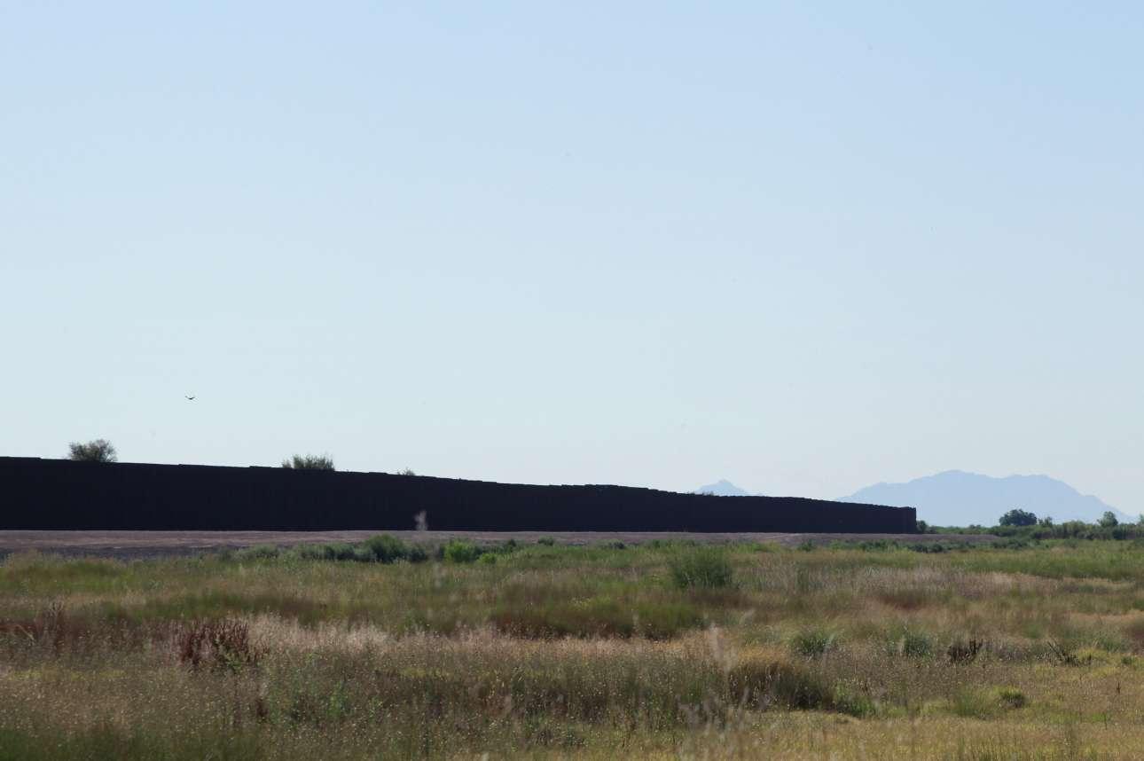 Ο μεταλλικός φράκτης βρίσκεται δίπλα στα σύνορα, κοντά στην Υπηρεσία Τελωνείων και Προστασίας των Συνόρων των ΗΠΑ , στο Τορνίλο του Τέξας