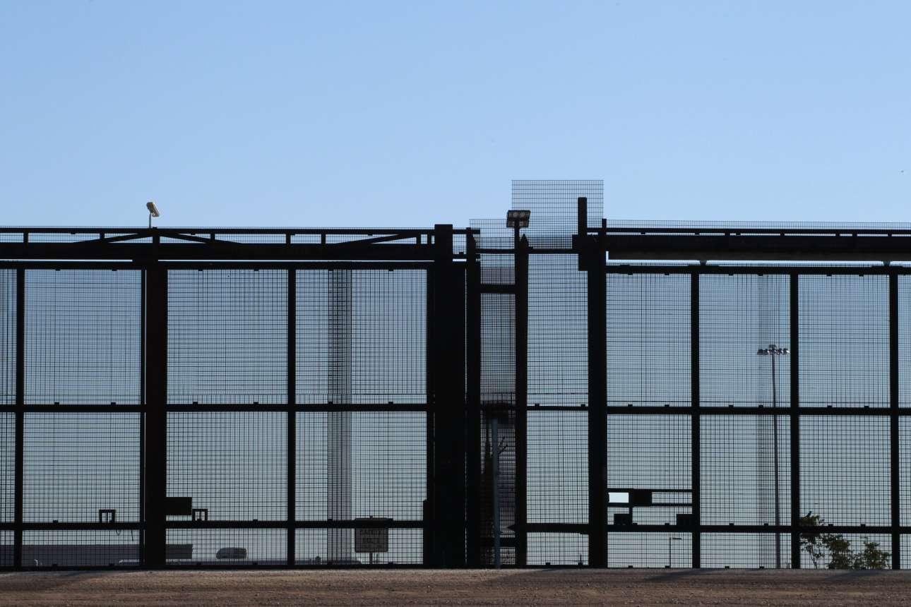 Ο μεταλλικός φράχτης δίπλα στα σύνορα, όπως φαίνεται από την πόλη Γουαδελούπη του Μεξικού