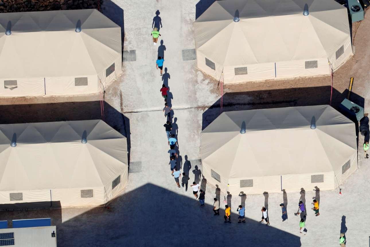 Τα παιδιά των μεταναστών οδηγούνται στη νέα τους «στέγη»...