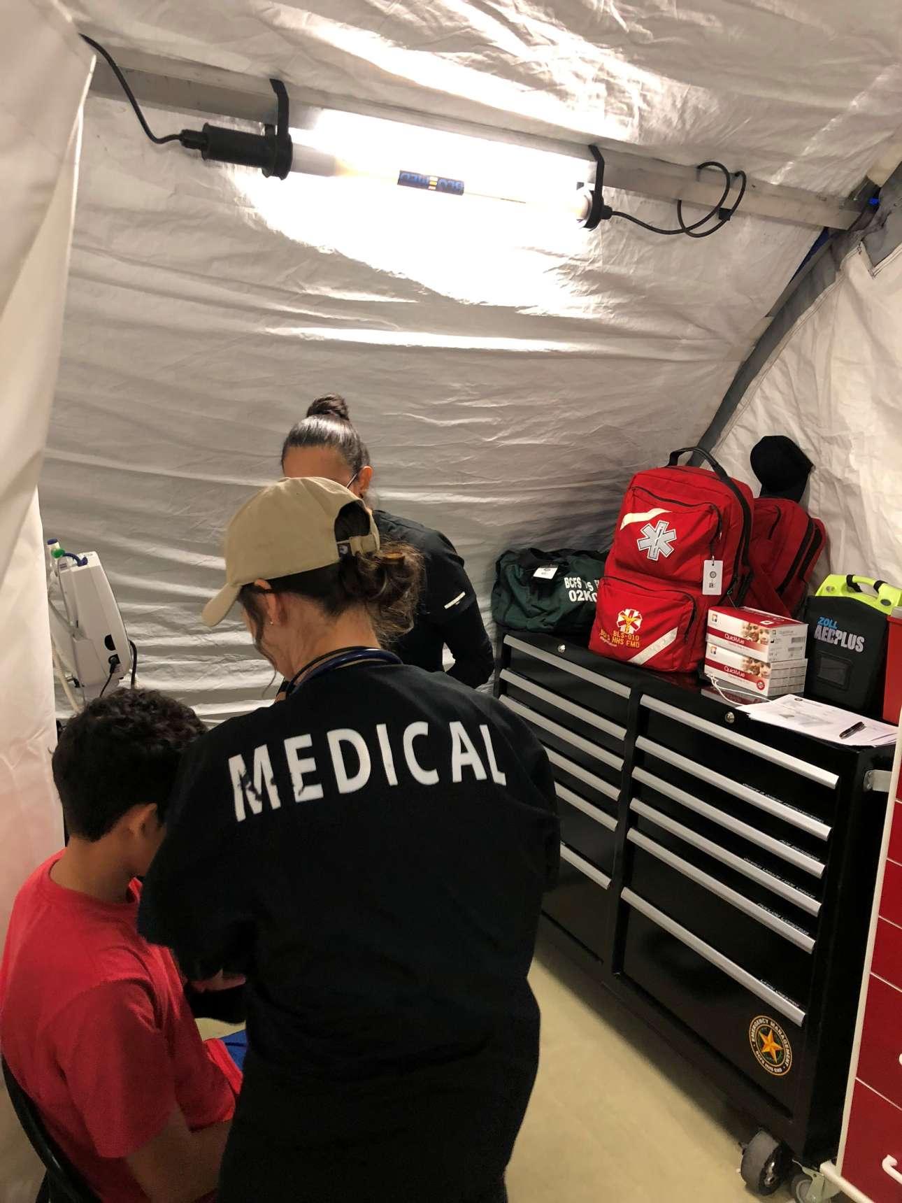 Μία μικρή κλινική έχει στηθεί μέσα στο Κέντρο Μεταναστών