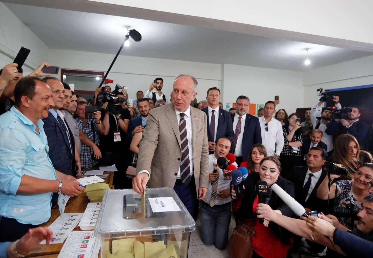 Ο βασικός αντίπαλος του Ταγίπ Ερντογάν, ο Μουχαρέμ Ιντσέ, ενώ ψηφίζει στη Γιάλοβα