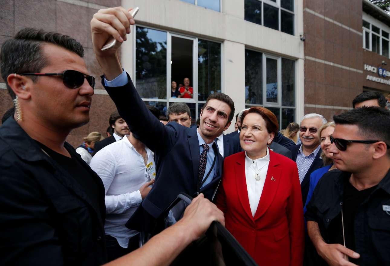 Η υποψήφια για την προεδρία Μεράλ Ακσενέρ ποζάρει για μια σέλφι με υποστηρικτή της στην Κωνσταντινούπολη