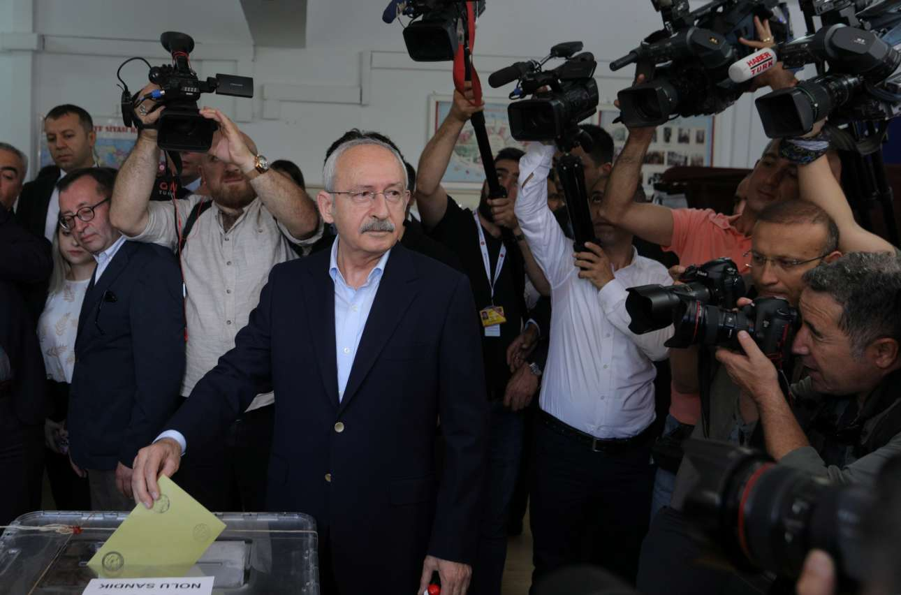 Ο αρχηγός της αντιπολίτευσης Κεμάλ Κιλιντσάρογλου ψηφίζει στην Αγκυρα