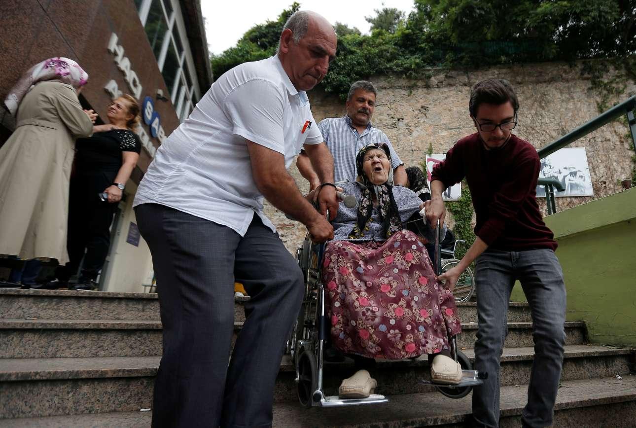 Καμία ψήφος χαμένη, ούτε από αυτή τη γυναίκα σε αμαξίδιο στην Κωνσταντινούπολη REUTERS/Kemal Aslan