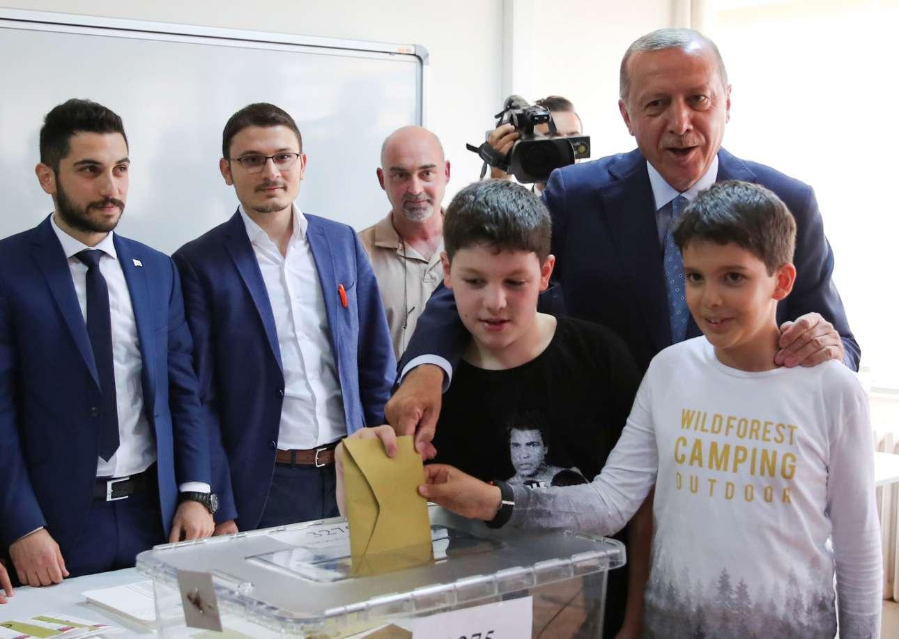 Ο Ταγίπ Ερντογάν ψήφισε μαζί με τα εγγόνια του