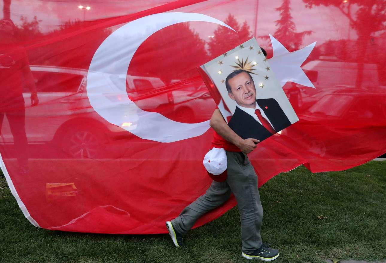 Δευτέρα, 25 Ιουνίου, Τουρκία. Πρόεδρος με σχεδόν απόλυτες εξουσίες εξελέγη από τον πρώτο γύρο ο Ρετζέπ Ταγίπ Ερντογάν, με το σύνολο της εκτελεστικής εξουσίας να περνάει στα χέρια του, υποσκελίζοντας την αναζωογονημένη αντιπολίτευση στις πρόωρες προεδρικές και βουλευτικές εκλογές που διεξήχθησαν στην Τουρκία. Στη φωτογραφία, στιγμιότυπο από τη συγκέντρωση που πραγματοποιήθηκε λίγο μετά την ανακοίνωση των πρώτων αποτελεσμάτων έξω από τα γραφεία του ΑΚP, στην Κωνσταντινούπολη