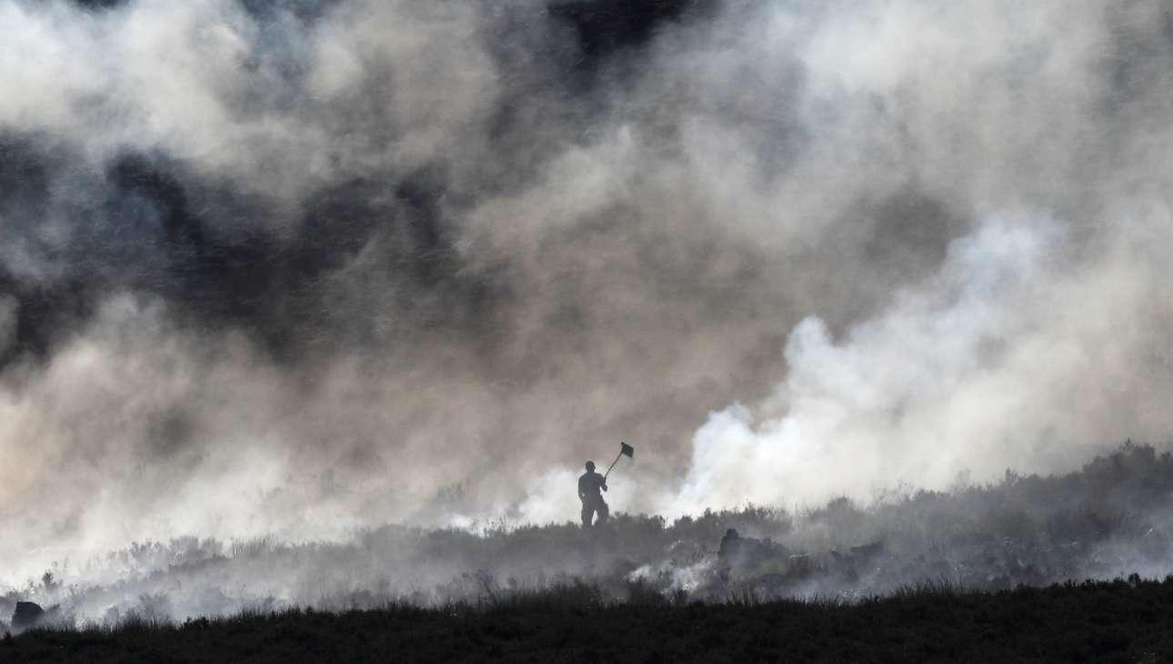 Τετάρτη, 27 Ιουνίου, Βρετανία. Πυροσβέστης εν μέσω πυκνών καπνών στο Κάργουντ