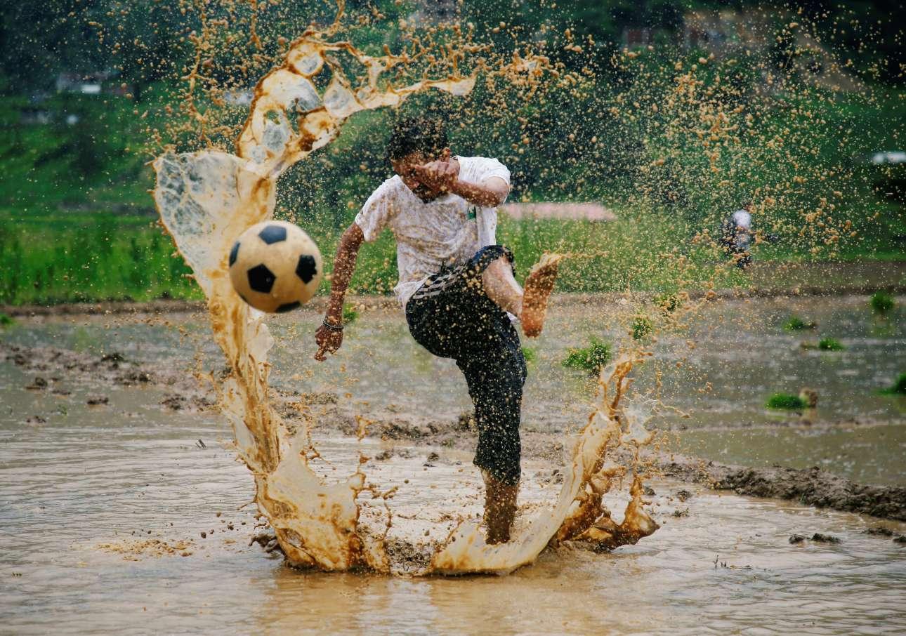 Σάββατο, 30 Ιουνίου, Νεπάλ. Ένας άνδρας συμμετέχει σε εκδήλωση με αφορμή το «Asar Pandra», μια γιορτή που σηματοδοτεί την έναρξη της περιόδου καλλιέργειας ρυζιού στην πόλη Λάλιπτουρ