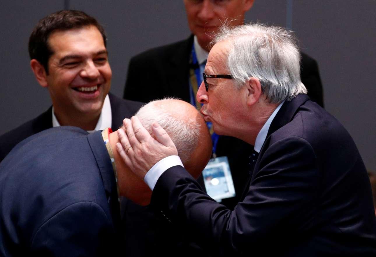 Παρασκευή, 29 Ιουνίου, Βέλγιο. Ο πρόεδρος της Κομισιόν, Ζαν Κλοντ Γιούνκερ κατά τη δεύτερη ημέρα της Συνόδου Κορυφής της ΕΕ στις Βρυξέλλες σε χαλαρή διάθεση φιλάει το κεφάλι ενός αξιωματούχου υπό το βλέμμα του έλληνα πρωθυπουργού Αλέξη Τσίπρα