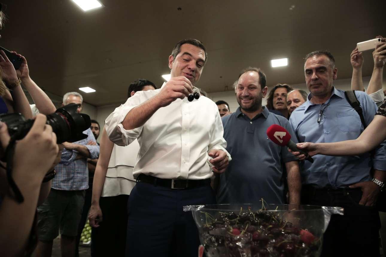 Ιούνιος 2019. Στο πλαίσιο του προεκλογικού αγώνα επισκέπτεται την Κεντρική Λαχαναγορά του Ρέντη και απολαμβάνει δύο λαχταριστά κεράσια