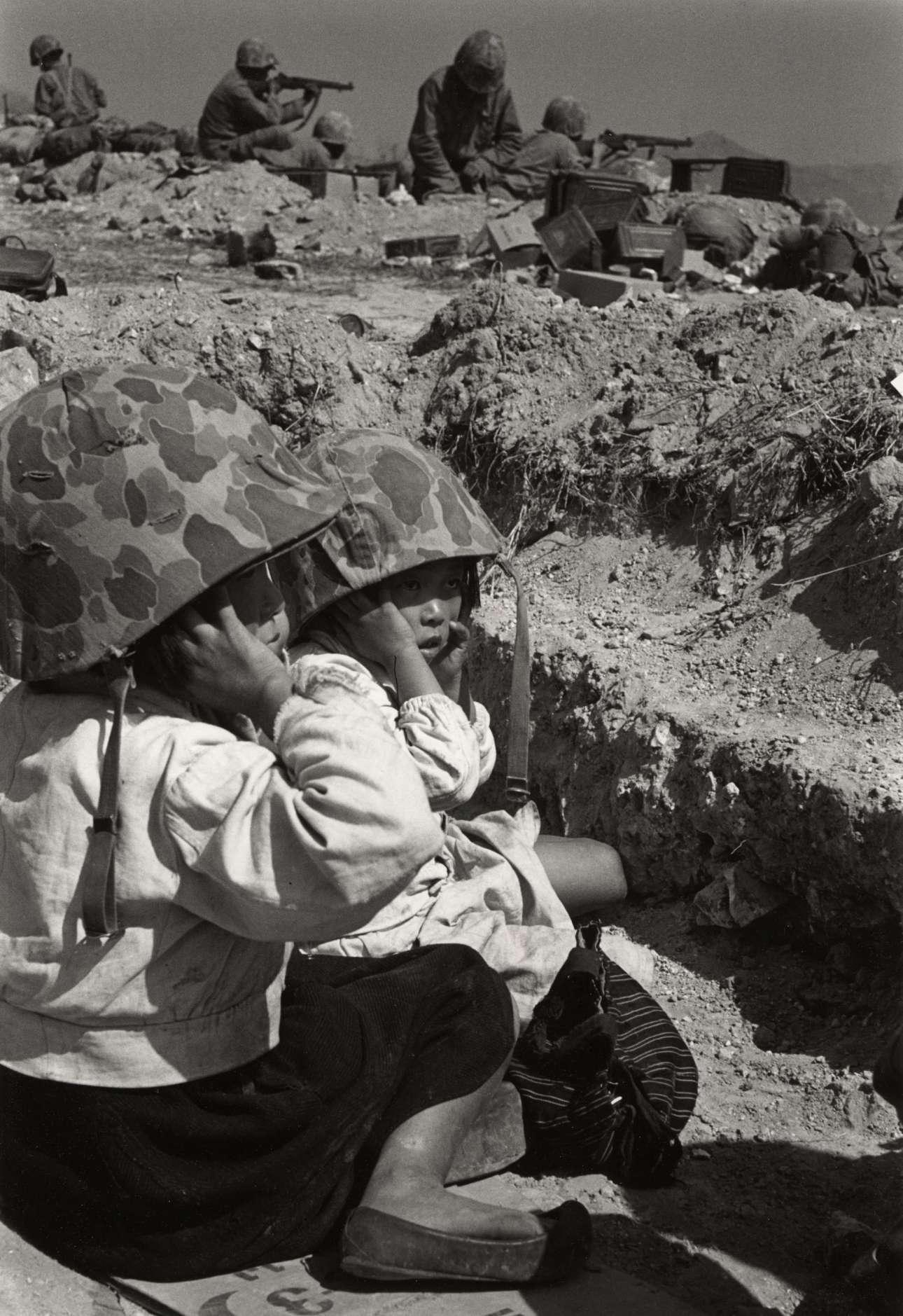 Παιδιά στο πεδίο της μάχης, στον Πόλεμο της Κορέας, το 1950. Παρότι ο Ντάνκαν έβγαλε μερικές από τις πιο γνωστές φωτογραφίες του Πικάσο, έγινε διάσημος για τις ωμές φωτογραφίες του που αποτύπωναν τη ζοφερή μοίρα των στρατιωτών στην Κορέα και στο Βιετνάμ