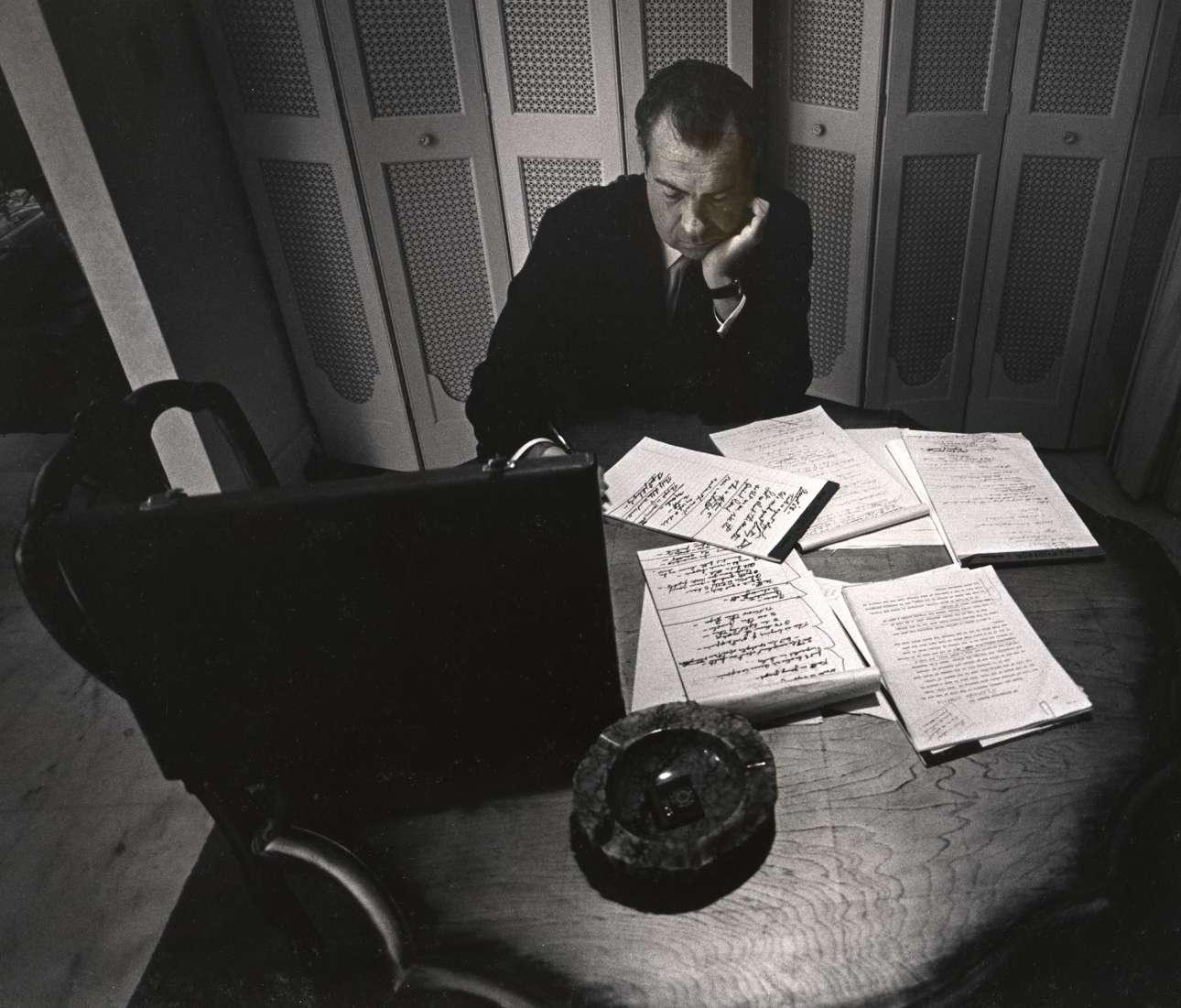 Μόνος στο δωμάτιο του ξενοδοχείου του, ο Ρίτσαρντ Νίξον γράφει τον λόγο αποδοχής για τις αμερικανικές προεδρικές εκλογές του 1968, ως υποψήφιος του Ρεπουμπλικανικού Κόμματος. Ο Νίξον τελικά τις κέρδισε και έγινε ο 37ος πρόεδρος των ΗΠΑ