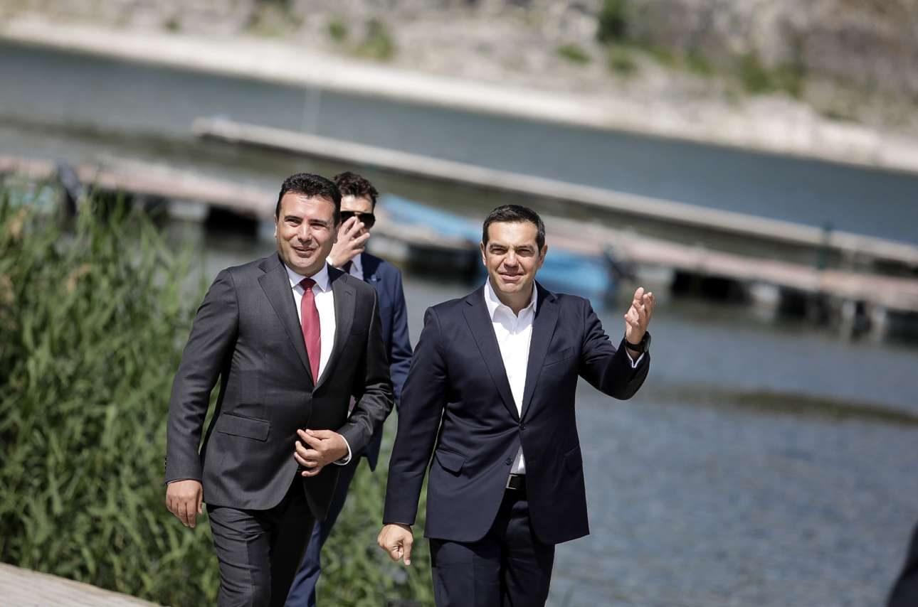 Ο Ζόραν Ζάεφ και ο Αλέξης Τσίπρας φτάνουν στον χώρο υπογραφής της συμφωνίας