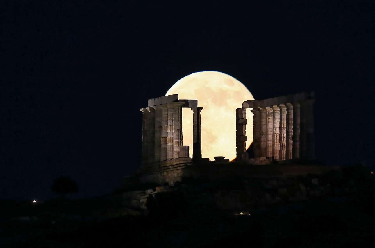 Παρασκευή, 29 Ιουνίου, Ελλάδα. Η πανσέληνος φωτίζει τον ουρανό πάνω από τον Ναό του Ποσειδώνα, στο Σούνιο