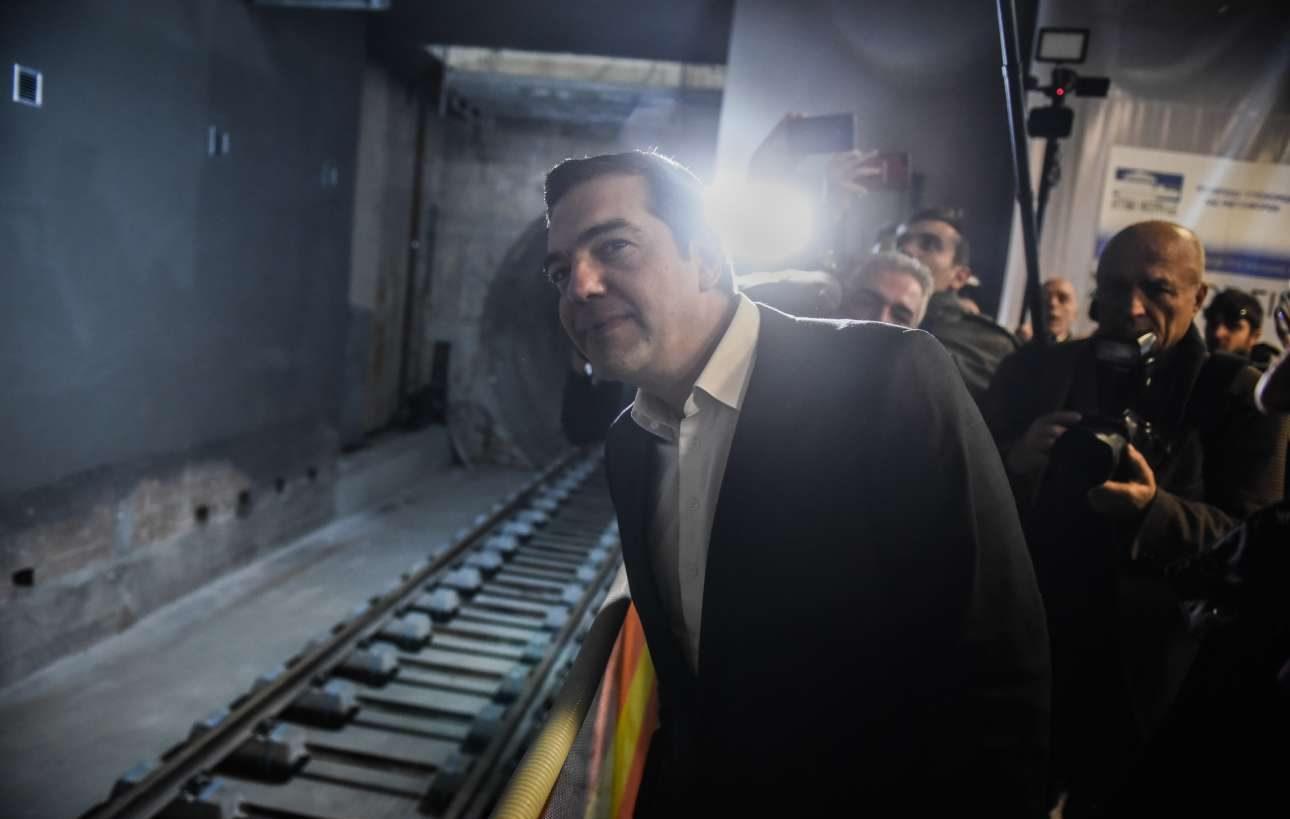 Δεκέμβριος 2018. Φαίνεται να έχει πιστέψει το ίδιο του το ψέμα. Κατά τα «εγκαίνια» του σταθμού «Σιντριβάνι» του Μετρό Θεσσαλονίκης, μοιάζει να περιμένει τον συρμό να έρθει...