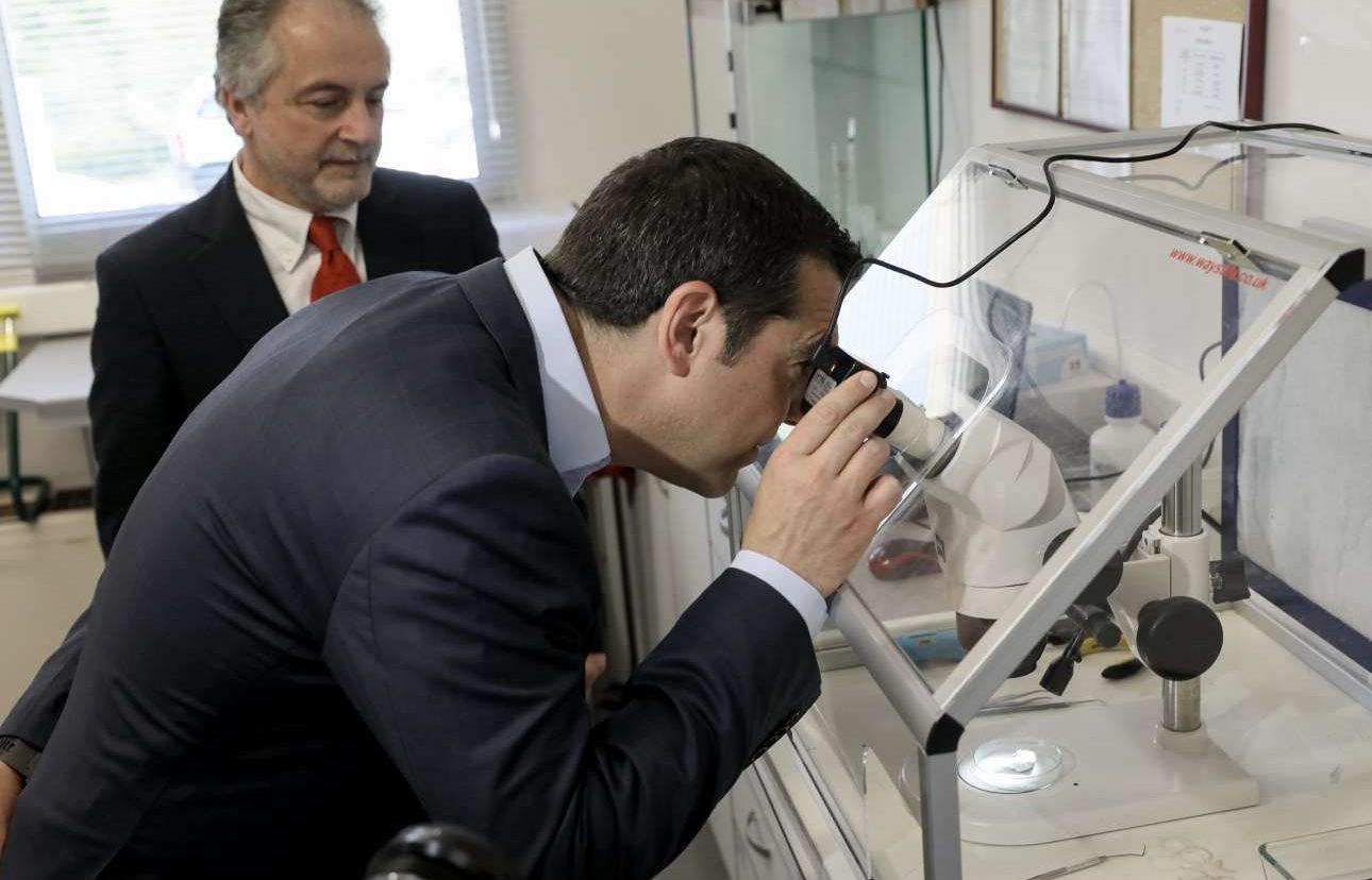 Μάρτιος 2019. Επισκέπτεται τον «Δημόκριτο» και κάτι κοιτά στο μικροσκόπιο καθότι και πτυχιούχος του ΕΜΠ. Επειτα άφησε άφωνους τους συνομιλητές του όταν μπέρδεψε το ήλιον με το υδρογόνο...