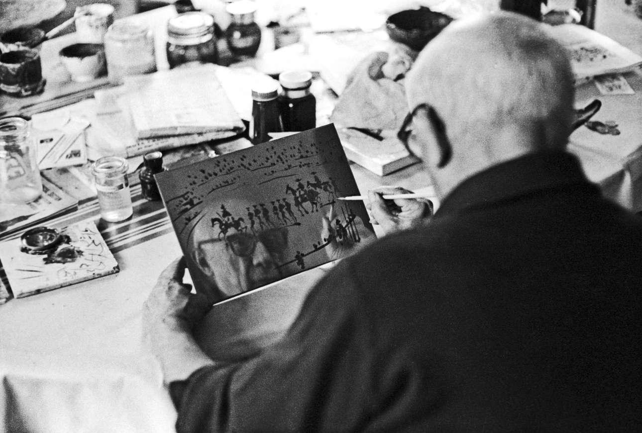 «Το πρόσωπο του Πικάσο αντανακλάται για μια στιγμή, 1967». Ο Ντέιβιντ Ντάγκλας Ντάνκαν είχε αποκτήσει σπάνια πρόσβαση, καταφέρνοντας να απαθανατίσει τον Πικάσο την ώρα που εργαζόταν στο στούντιο αλλά και στο σπίτι του σε χαλαρά στιγμιότυπα