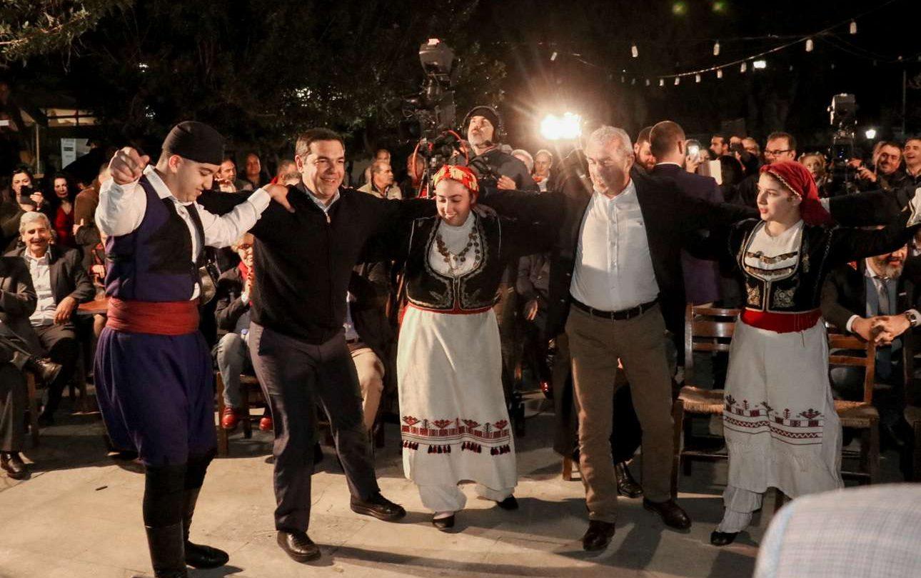 Μάιος 2019. Αλλη μια σκηνή βγαλμένη από τα τέλη των ελληνικών 60s. Ο Πρωθυπουργός της χώρας, ως άνθρωπος του λαού και των ελληνικών παραδόσεων, χορεύει «σιγανό», έναν παραδοσιακό χορό της Κρήτης