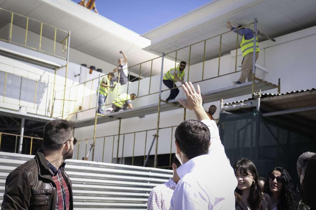 Μάιος 2019. Σε μια σκηνή βγαλμένη από ελληνική ταινία, χαιρετά τους φιλότιμους εργάτες που εντελώς συμπτωματικά εργάζονταν την ώρα που επισκεπτόταν το αεροδρόμιο Ιωαννίνων. Λίγο έλειψε να χορέψουν και στις σκαλωσιές για να δείξουν πόσο ευτυχισμένη είναι η εργατιά τον καιρό του Αλέξη Τσίπρα