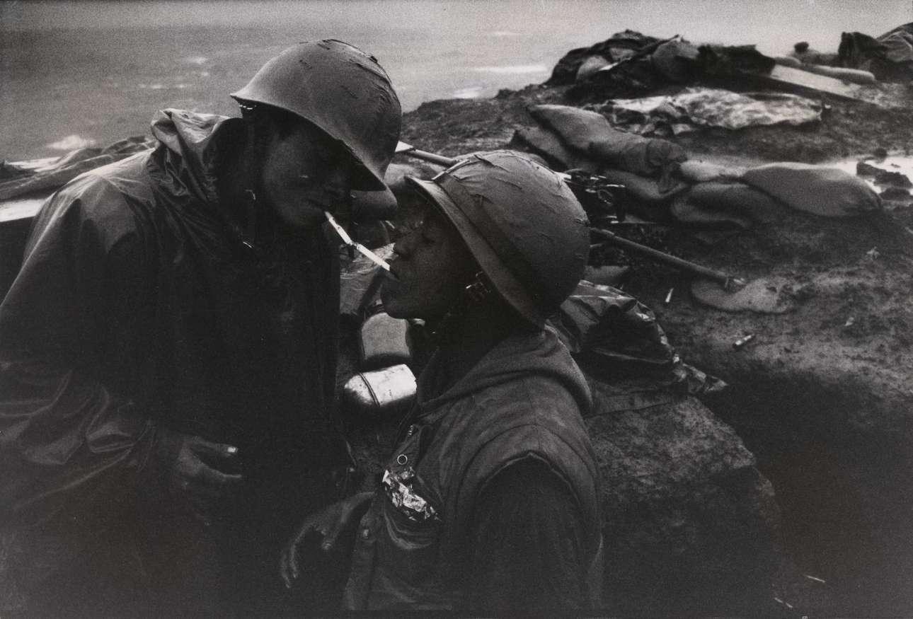 Στιγμιότυπο από την αμερικανική βάση Κον Τιεν, κοντά στην αποστρατιωτικοποιημένη ζώνη του Βιετνάμ, το 1967. Εχοντας πολεμήσει ως πεζοναύτης στον Β' Παγκόσμιο Πόλεμο, ο Ντάνκαν αποφάσισε να εστιάσει τον φακό του στους στρατιώτες. Οι φωτογραφίες που τράβηξε στον πόλεμο της Κορέας (1950 – 1953) για λογαριασμό του περιοδικού «Life» τον κατέστησαν παγκοσμίως γνωστό