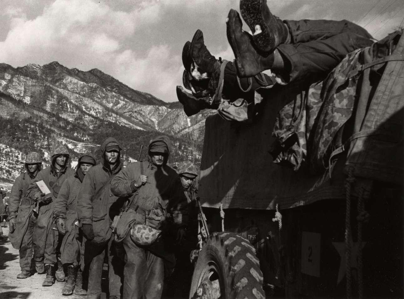 Πόλεμος της Κορέας, 1950. Μιλώντας για τη δουλειά του ως πολεμικός φωτογράφος, ο Ντάνκαν είπε: «ένιωσα ίσως ότι οι άνδρες εκεί έξω άξιζαν να φωτογραφηθούν ακριβώς όπως είναι, είτε τρέχουν φοβισμένοι, είτε επιδεικνύουν θάρρος, είτε κρύβονται σε μια τρύπα, είτε μιλάνε και γελούν. Πιστεύω ότι έδωσα μια αίσθηση αξιοπρέπειας στο πεδίο της μάχης»