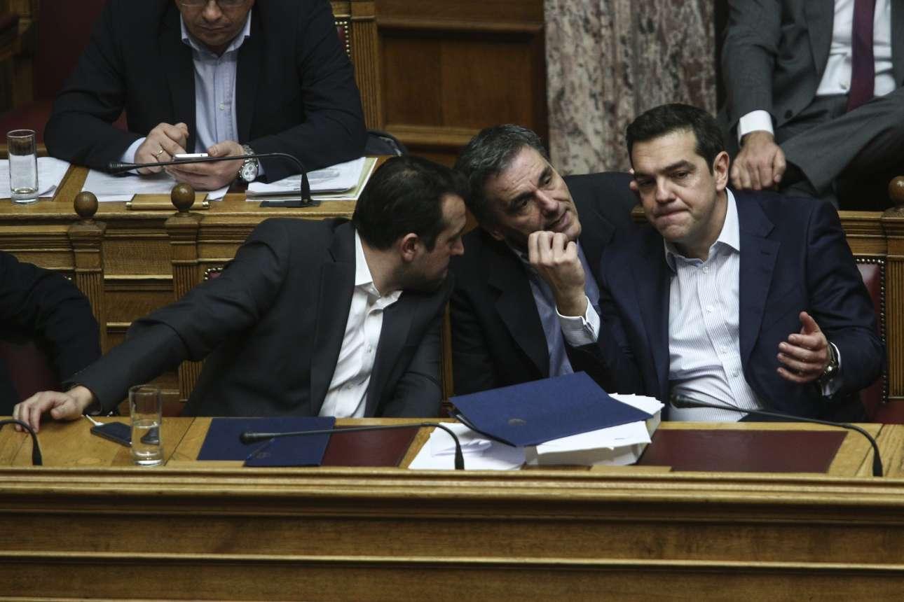 Φεβρουάριος 2017. Νίκος Παππάς και Ευκλείδης Τσακαλώτος προσπαθούν να εξηγήσουν κάτι στον Αλέξη Τσίπρα κατά τη διάρκεια συζήτησης στη Βουλή για τα δάνεια των κομμάτων και των ΜΜΕ