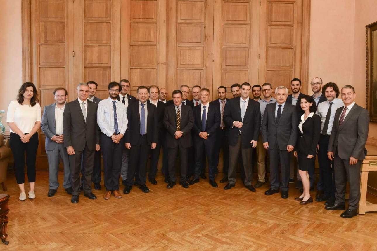 Η αναμνηστική φωτογραφία από τη συνάντηση, με όλους τους συμμετέχοντες (cityofathens.gr)