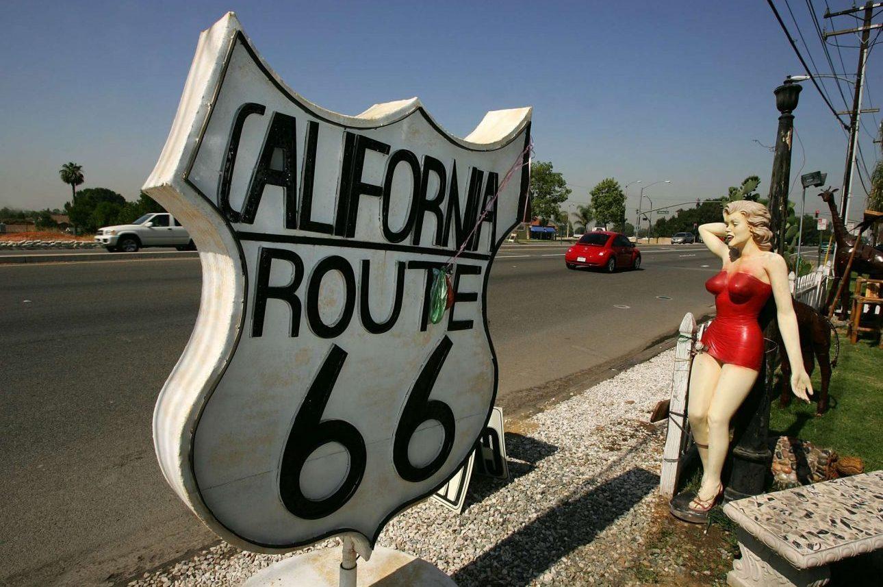 Τμήμα της route 66 στο κομμάτι της Καλιφόρνια. Πάντα στο κάδρο και η αρχετυπική αμερικανίδα ξανθιά - έστω ένα ομοίωμά της... φωτό: David McNew/Getty Images/ Ideal Images)