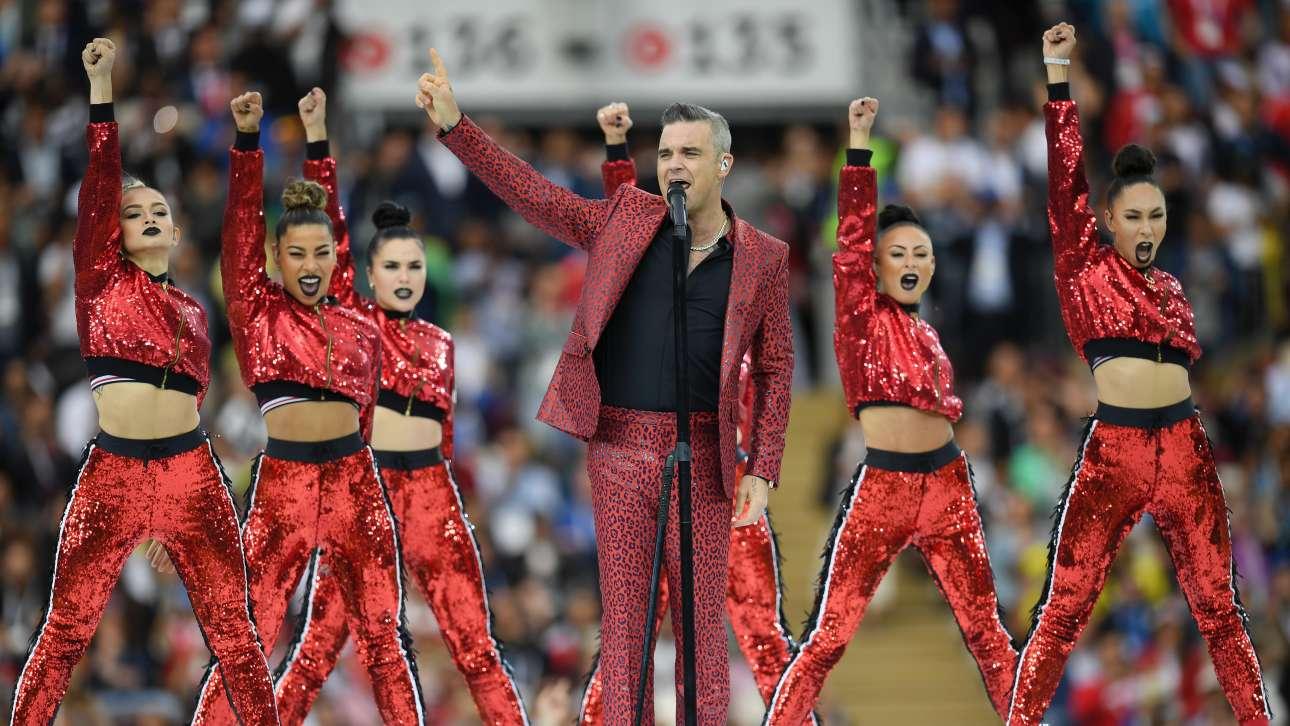Σε πολιτικό επίπεδο οι ρωσο-βρετανικές σχέσεις βρίσκονται στο ναδίρ, αλλά στο... γήπεδο της ποπ όλα βαίνουν καλώς: ο τραγουδιστής και σταρ Ρόμπι Γουίλιαμς έκανε το σόου του στην τελετή έναρξης και χειροκροτήθηκε