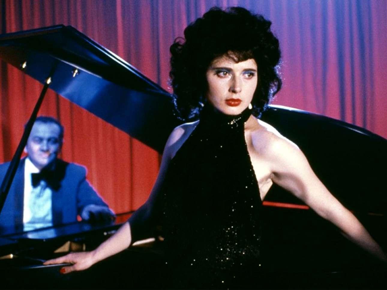 Η Ιζαμπέλα Ροσελίνι πρωταγωνιστεί στο σκοτεινό σύμπαν του Ντέιβιντ Λιντς, ως θύμα του σεξουαλικά διεστραμμένου ψυχοπαθούς Ντένις Χόπερ, στην ταινία του 1986 «Μπλε βελούδο»