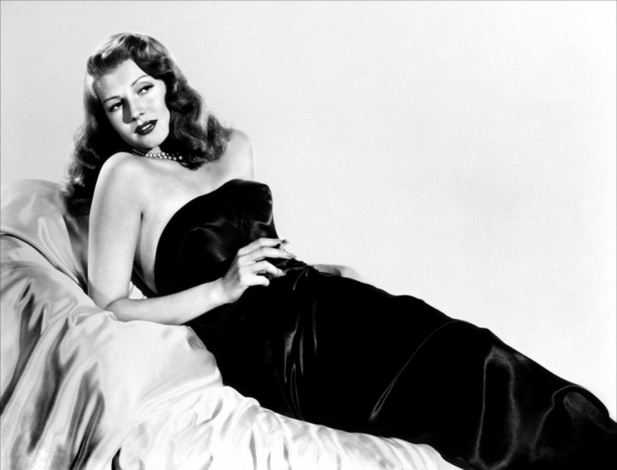 Κομψή, σαγηνευτική αλλά και επικίνδυνη, η Ρίτα Χέιγουορθ αφήνει εποχή ως «Γκίλντα» το 1946