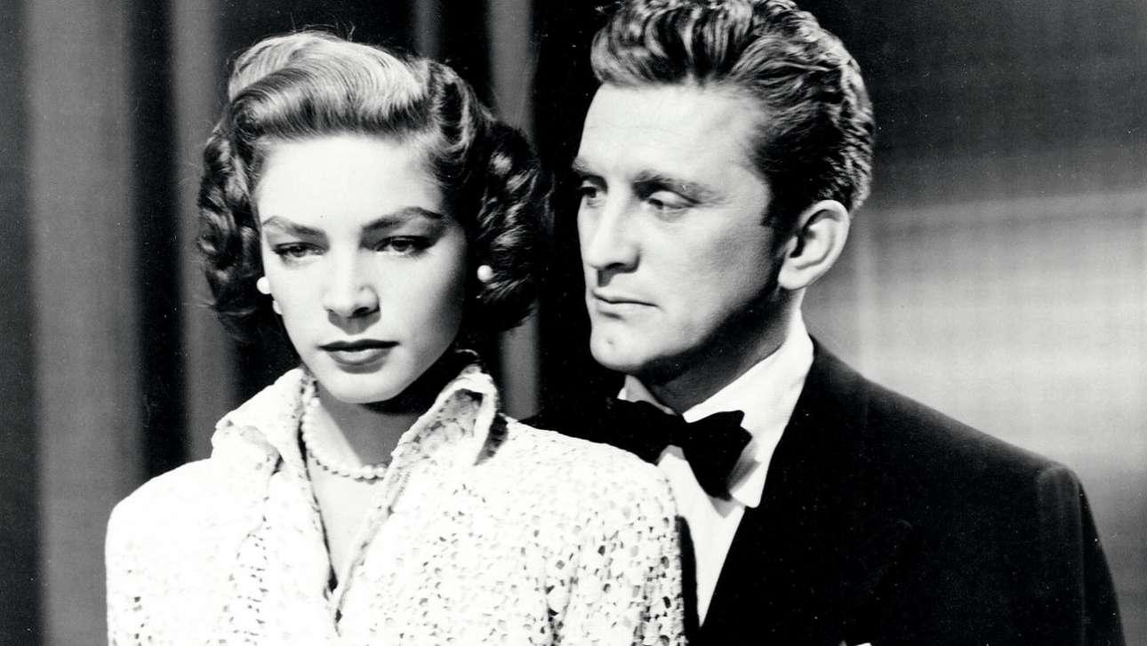 Αινιγματική και διπρόσωπη φαμ φατάλ, η Λορίν Μπακόλ στο πλάι του Κερκ Ντάγκλας, στην ταινία «Η γυναίκα των χιμαιρών» (1950)