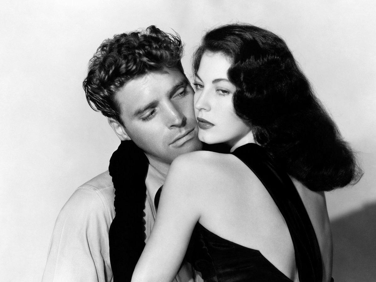 To 1946 ήταν η εποχή των φαμ φατάλ: μετά τη Ρίτα Χέιγουορθ έρχεται η Αβα Γκάρντνερ να κλέψει την παράσταση ως η σκληρή, μυστηριώδης καλλονή Κίτι Κόλινς στην ταινία «Οι δολοφόνοι», δίπλα στον πρωτοεμφανιζόμενο Μπαρτ Λάνκαστερ