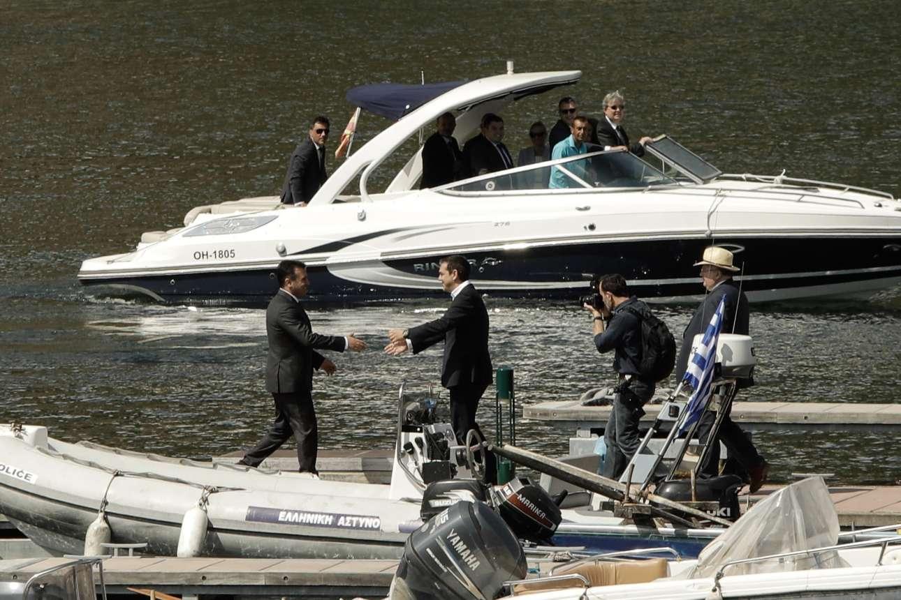 Οι δύο πρωθυπουργοί συναντήθηκαν στην μικρή αποβάθρα της λίμνης