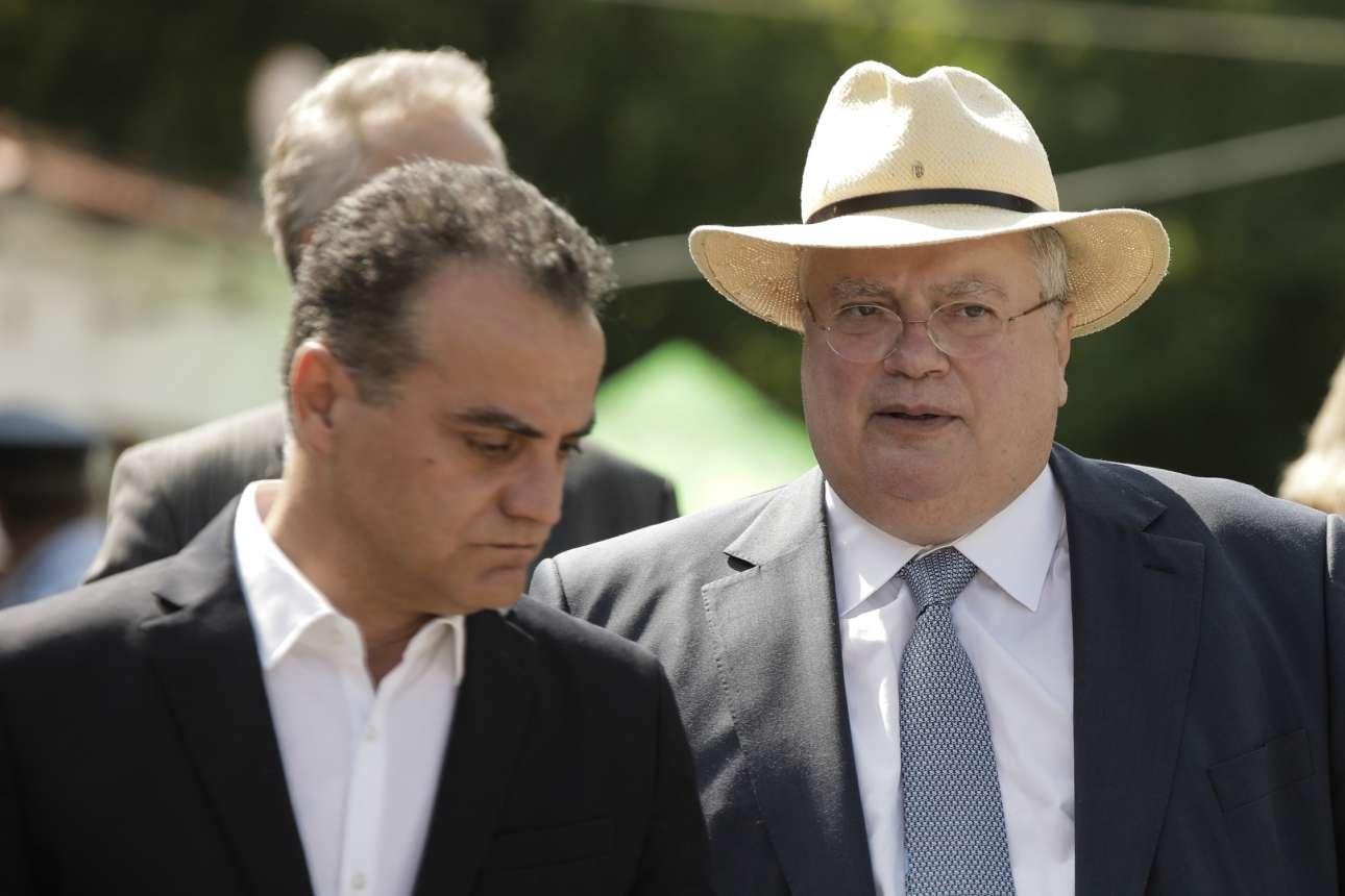 Ο υπουργός Εξωτερικών Νίκος Κοτζιάς με ψάθινο καπελάκι. Εδώ με τον περιφερειάρχη Δυτικής Μακεδονίας Θεόδωρο Καρυπίδη