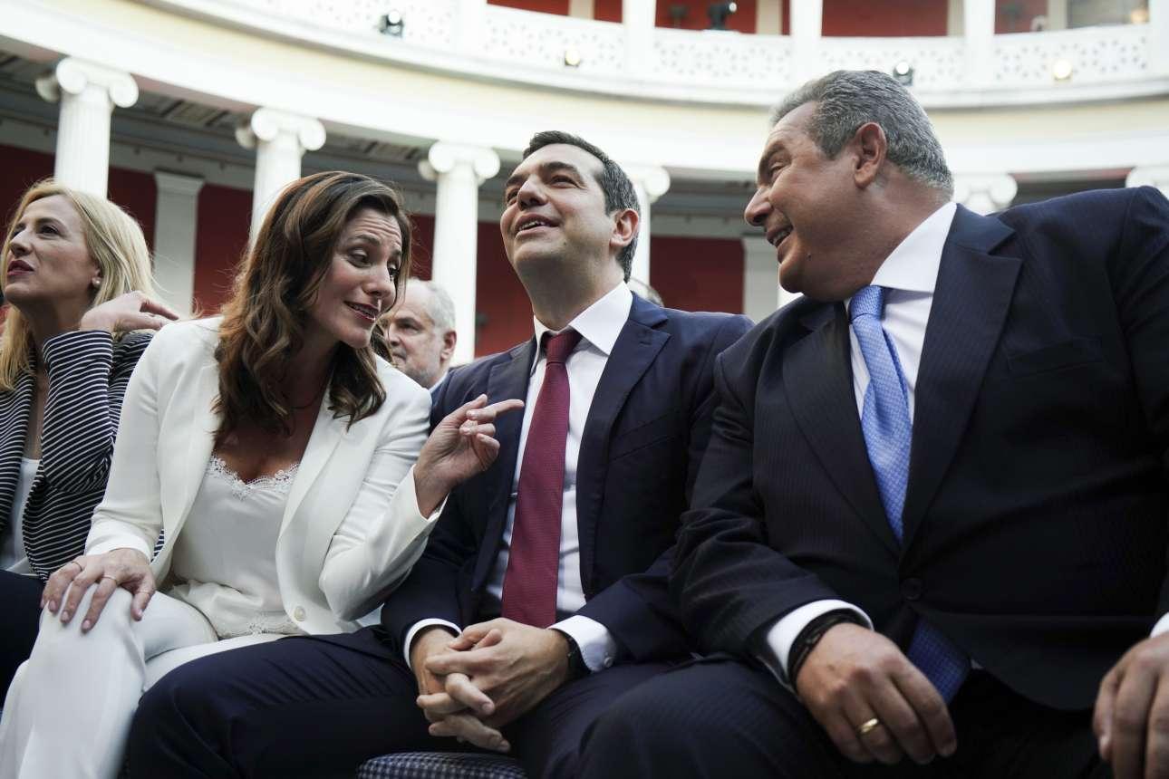 Ιούνιος 2018. Στην αστεία φιέστα στο Ζάππειο για τη δήθεν μείωση του χρέους. Η Μπέτυ Μπαζιάνα δείχνει τη γραβάτα που φόρεσε ο σύντροφός της ειδικά για την περίπτωση, ενώ ο τότε κολλητός του Πάνος Καμμένος γελά