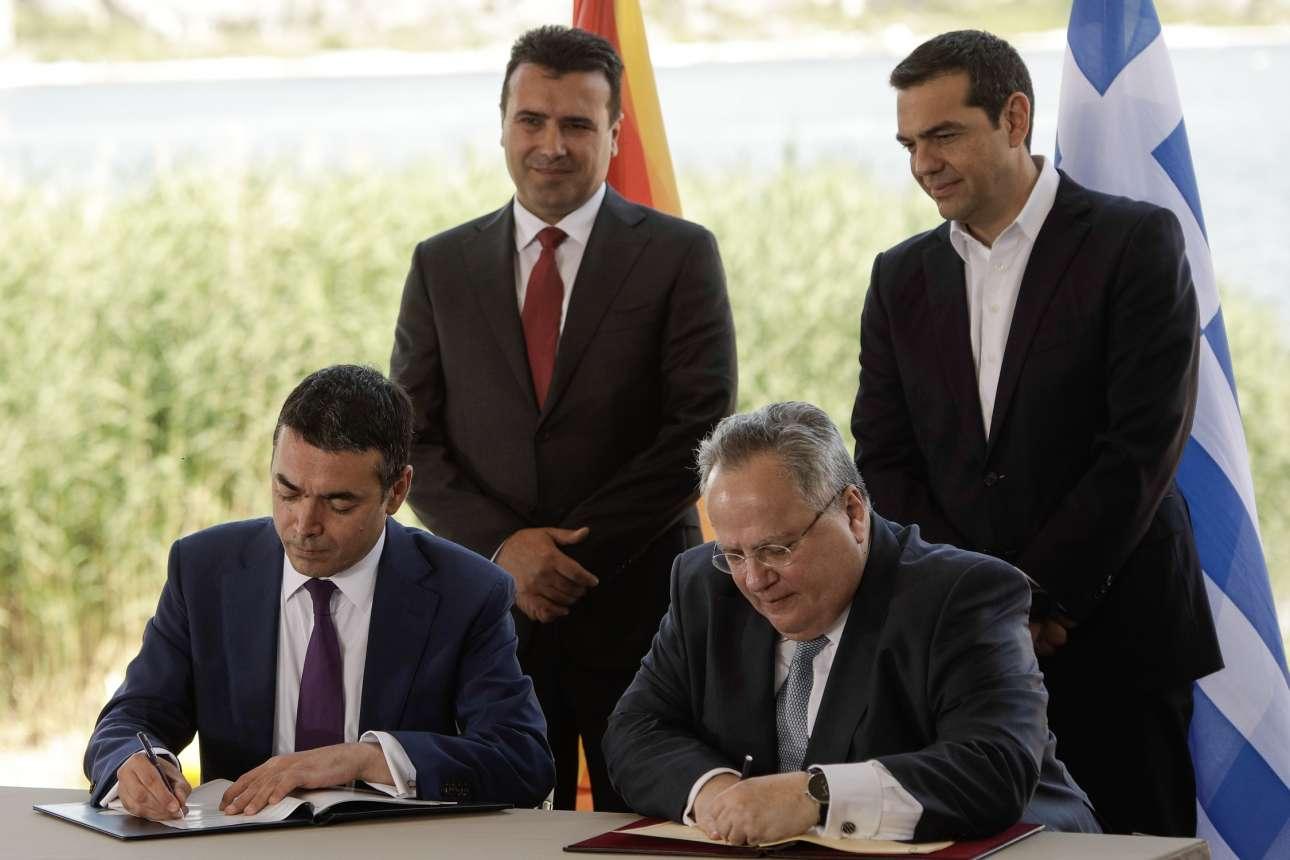 Ο Νικολά Ντιμιτρόφ και ο Νίκος Κοτζιάς υπογράφουν τη συμφωνία υπό το βλέμμα των πρωθυπουργών