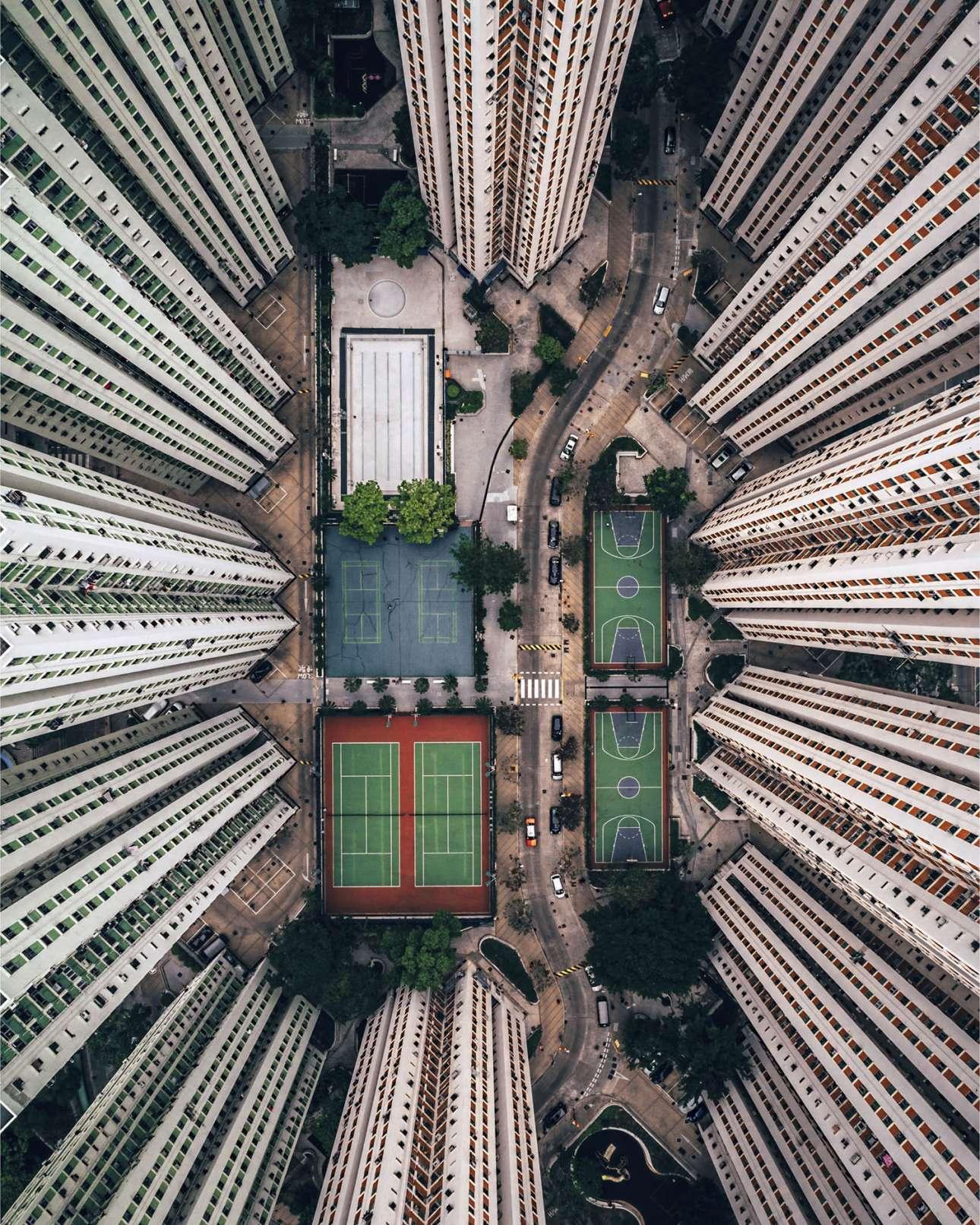«Μόνος μέσα στα πλήθη». Τιμητική διάκριση στην κατηγορία Πόλεις. Ο Γκάρι Κάμινς προσπαθεί να αποτυπώσει τις έντονες και «στοιβαγμένες» συνθήκες διαβίωσης που επικρατούν στο Χονγκ Κονγκ, διάσημο για την προοπτική που προσφέρει στον επισκέπτη. «Με τόσους πολλούς ανθρώπους να ζουν σε μικροσκοπικούς χώρους, είναι παράξενο να βλέπεις αυτές τις εγκαταστάσεις άδειες. Ως μοναχικός ταξιδιώτης, είμαι συχνά μόνος μέσα στο πλήθος και η φωτογραφία αυτή εκφράζει αυτό που νιώθω» λέει ο φωτογράφος