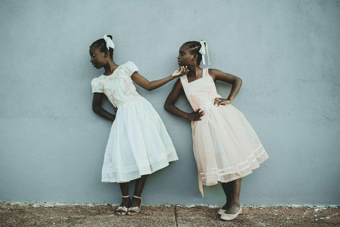 «Λίντα και Λάλε - Θα σε σηκώσω ψηλά». Δεύτερη θέση στην κατηγορία Ανθρωποι. Οι μετανάστριες αδελφές Λίντα και Λάλε από την Αϊτή παίζουν και παίρνουν πόζες μπροστά από το σπίτι τους στη Βραζιλία. Οταν μεγαλώσουν, ονειρεύονται να γίνουν μοντέλα και δασκάλες για να κερδίσουν χρήματα και να φέρουν τους συγγενείς τους από την Αϊτή στη Βραζιλία, ώστε να ζήσουν ο ένας δίπλα στον άλλον