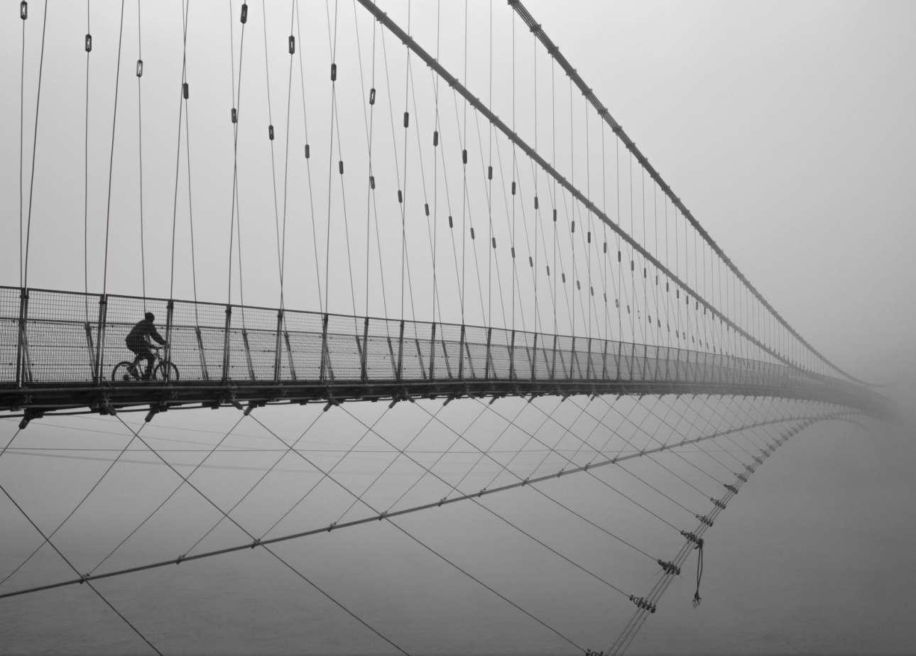 «Ταξιδεύοντας προς τον Παράδεισο». Ενας ταξιδιώτης διασχίζει με ποδήλατο τη γέφυρα Ραμ Τζούλα στην Ινδία. Το τέλος της γέφυρας δεν διακρίνεται και σύμφωνα με τον φωτογράφο ο ποδηλάτης μοιάζει σαν να οδεύει προς τον Παράδεισο