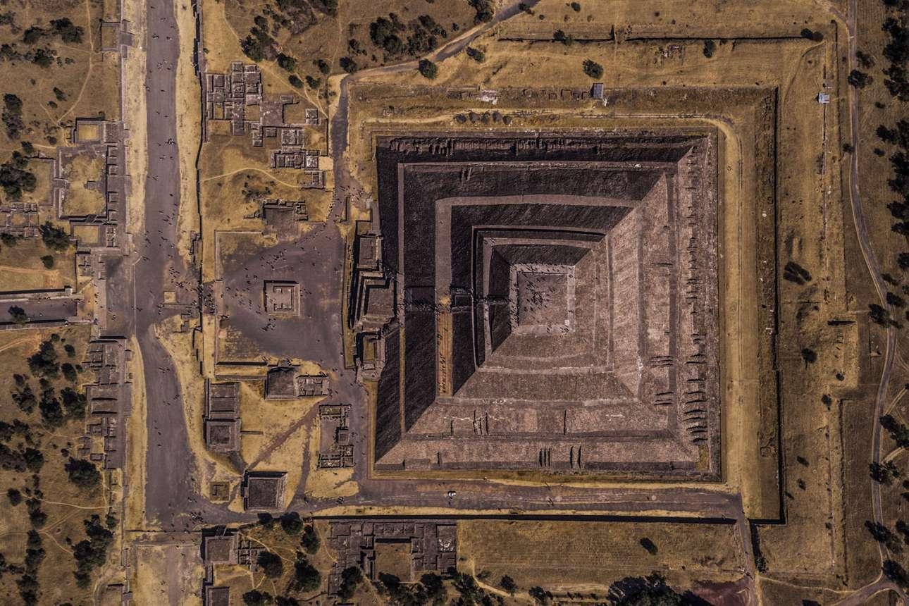 «Γεωμετρία του Ηλιου». Δεύτερη θέση κατηγορία Πόλεις. «Teotihuacan σημαίνει το μέρος όπου δημιουργήθηκαν οι θεοί και αυτό είναι ακριβώς το συναίσθημα που έχουν οι επισκέπτες όταν περπατούν κατά μήκος της Λεωφόρου των Νεκρών, στον αρχαιολογικό χώρο του Μεξικού. Η πυραμίδα είναι αφιερωμένη στον θεό του Ηλιου και βρήκα μαγευτικό πως ο ανατέλλων ήλιος κυριαρχεί στη μισή εικόνα ενώ η υπόλοιπη βρίσκεται στη σκιά»