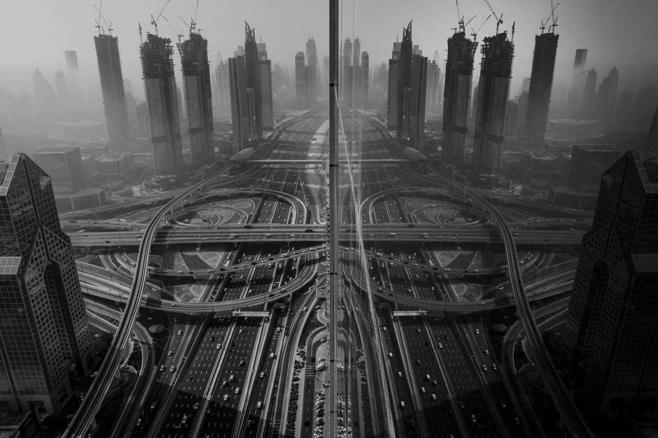 «Αντανάκλαση». Τρίτη θέση στην κατηγορία Πόλεις. «Ενα πρωινό ήθελα να φωτογραφήσω την ομίχλη, η οποία είναι επική στο Ντουμπάι κάθε χρόνο από τον Δεκέμβριο μέχρι τον Ιανουάριο - και το όνειρο σχεδόν κάθε φωτογράφου σε αυτά τα μέρη. Δυστυχώς δεν είχα πρόσβαση στην ταράτσα και έτσι κοίταξα μέσα από το τζάμι ενός χαμηλότερου ορόφου. Συγκλονίστηκα με το πόσο όμορφη είναι η πόλη και ο ενθουσιασμός μου τετραπλασιάστηκε μόλις είδα την αντανάκλαση του δρόμου και ενός κτιρίου πάνω στο κτίριο που βρισκόμουν. Ανοιξα αμέσως το παράθυρο όσο μπορούσα και τράβηξα μία μόνο φωτογραφία με τεντωμένα χέρια»