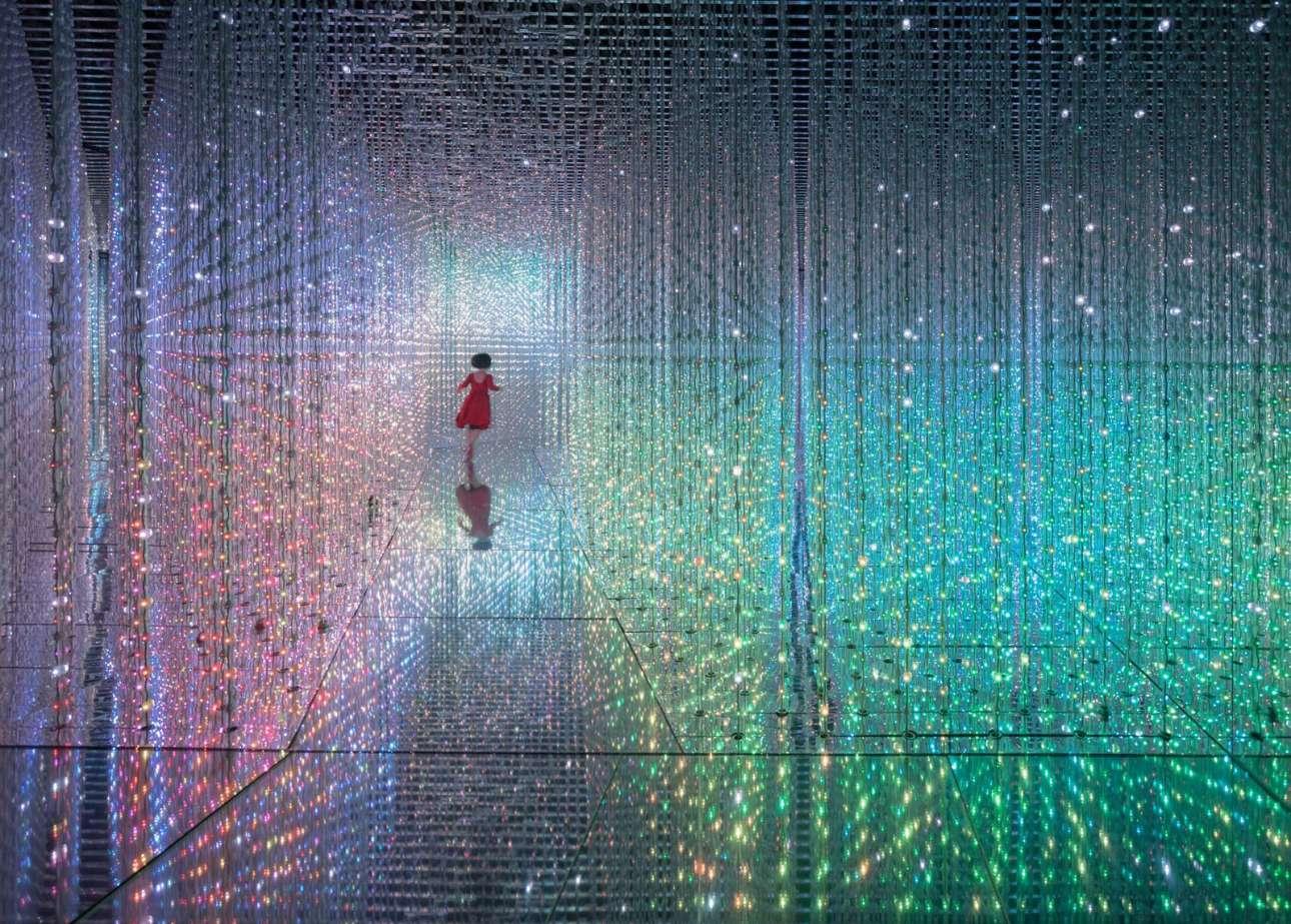 «Το κορίτσι που έκανε άλμα στον χρόνο», βραβείο Κοινού. Ενα κοριτσάκι τρέχει μέσα σε μία εγκατάσταση, μοιάζοντας σαν να περνάει μέσα από τούνελ του χρόνου
