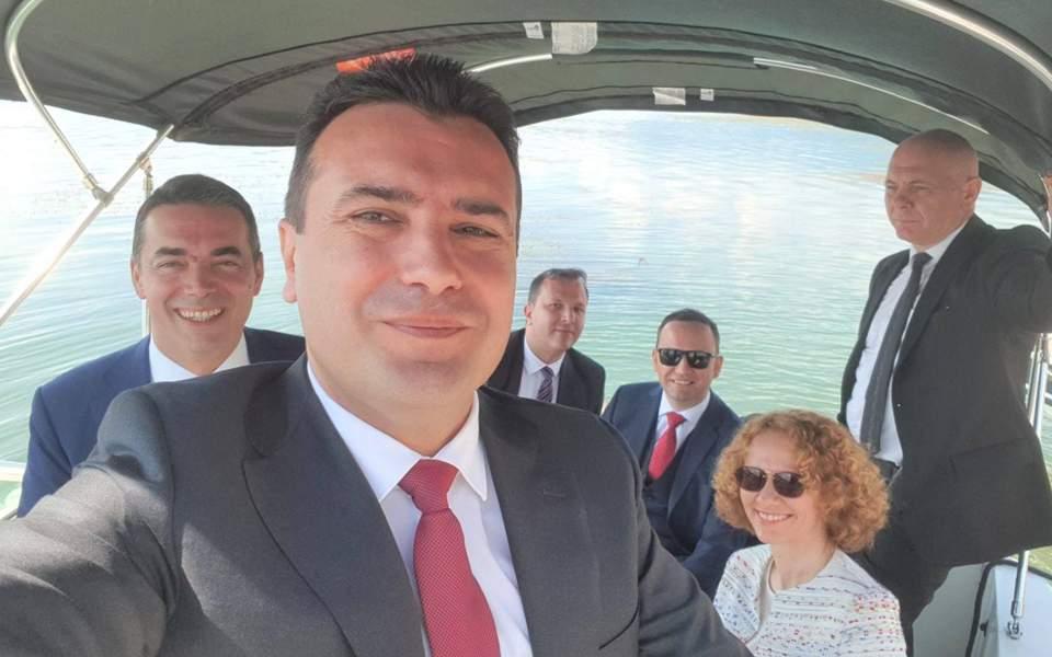 Μια σέλφι από τον Ζόραν Ζάεφ και την αντιπροσωπεία της ΠΓΔΜ πριν φτάσουν στο σημείο της υπογραφής