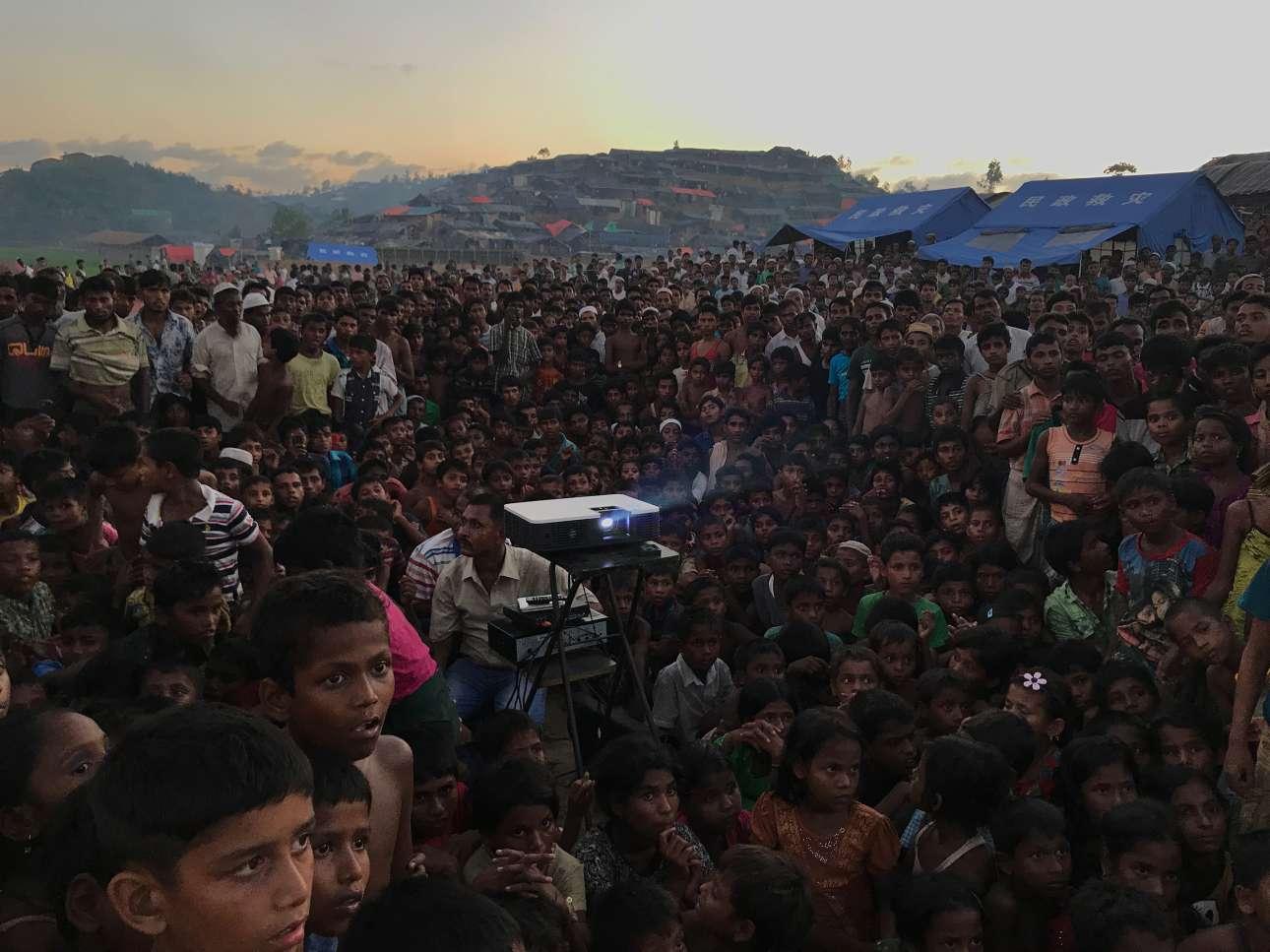 Μεγάλο Βραβείο. Παιδιά Ροχίνγκια παρακολουθούν ένα ενημερωτικό βίντεο για την υγεία και την υγιεινή στο καταυλισμό προσφύγων Τανγκχάλι στο Μπαγκλαντές
