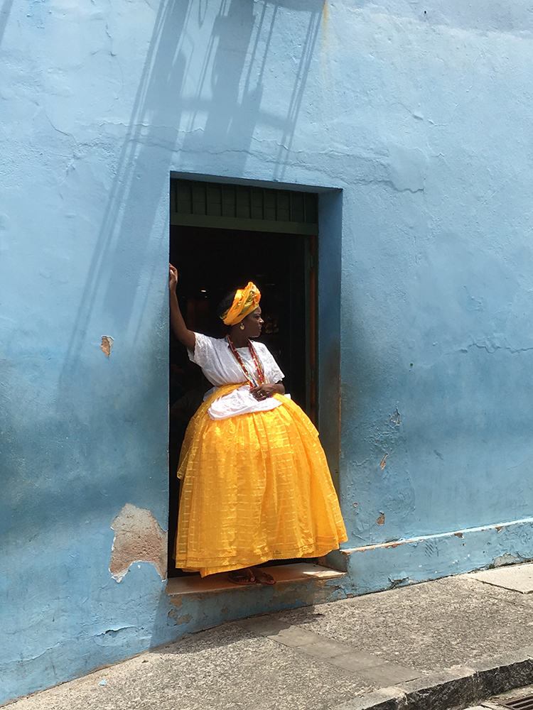 Πρώτη θέση, Φωτογράφος της Χρονιάς. Γυναίκα ντυμένη με την παραδοσιακή φορεσιά των γυναικών της Μπαΐα, στο Σαλβαδόρ της Βραζιλίας