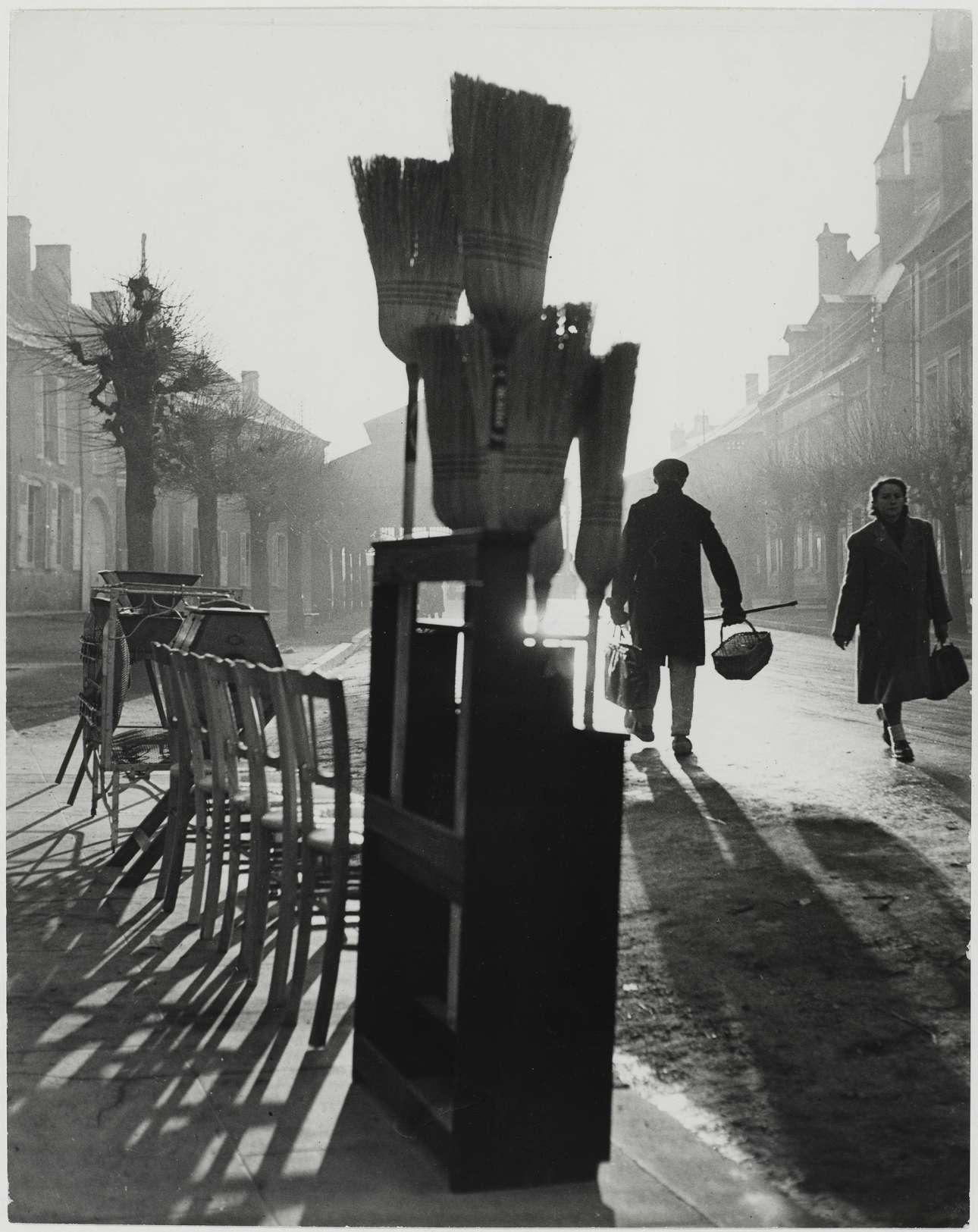 Ενα παράξενο στιγμιότυπο από τη γαλλική πόλη Ντιν Σιν Ορον, το 1950