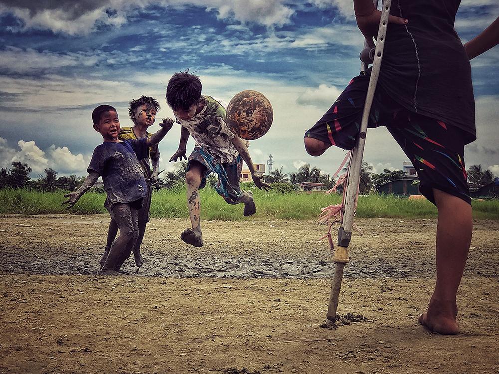 Τρίτη θέση, Φωτογράφος της Χρονιάς. «Θέλω να παίξω και εγώ» γύρισε και είπε στον φωτογράφο το αγόρι χωρίς πόδι που παρακολουθούσε τους φίλους του να παίζουν ποδόσφαιρο, στη Μιανμάρ