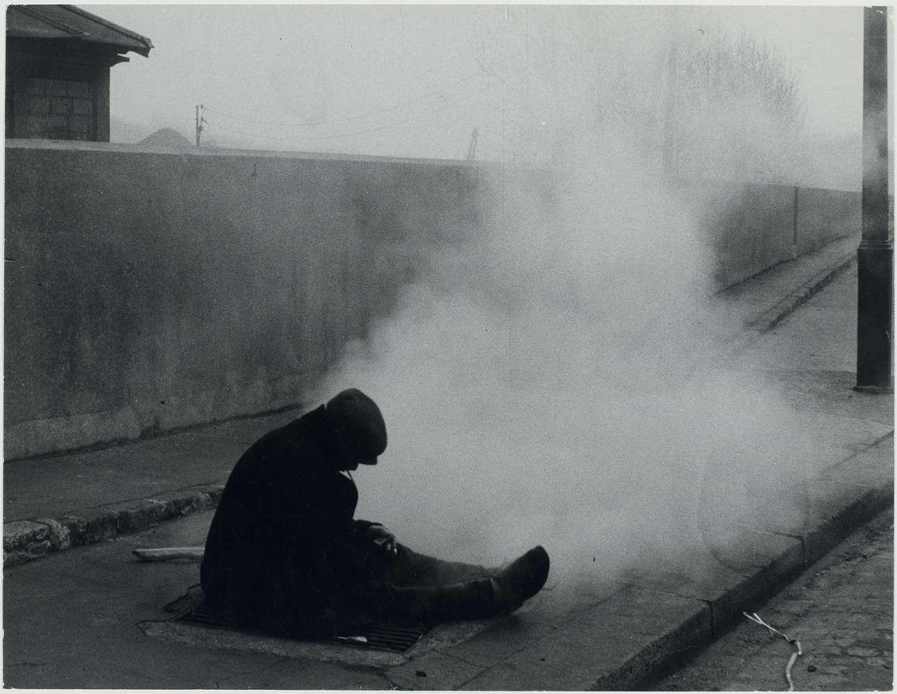 Παρίσι, 1952. Σε αντίθεση με την πιο ψυχρή φωτογραφία δρόμου του Ανρί Καρτιέ Μπρεσόν, η Βάις είχε την ικανότητα να συνδέεται με αυτούς που φωτογράφιζε, όσο φευγαλέα και να ήταν η συνάντηση